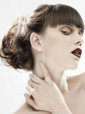 Летние высокие прически для волнистых волос