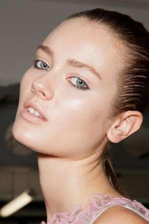 Роковая грациозность: модный макияж с показа Christopher Kane. Пошаговая инструкция