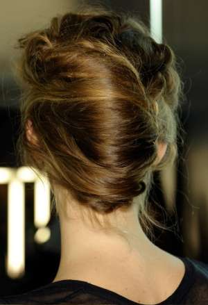 Праздничный вариант укладки прически французский пучок (ракушка) от Dolce & Gabbana