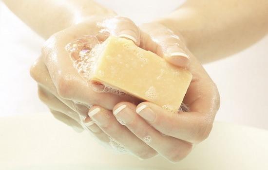 Можно ли мыться хозяйственным мылом, мыть голову, подмываться?