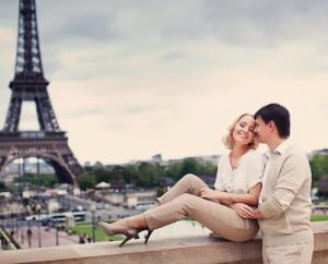 Доказано, что француженки умеют сохранить страсть в отношениях, даже будучи в паре уже очень долго. Они знают, как быть интересными, чарующими и загадочными. В чем же их секрет? Давайте выясним это. 1. Продолжайте ходить на свидания  Французские девушки просто обожают свободу. Они являются большими любительницами полигамных отношений, но, только до официального заключения брака со своим избранником. Нет-нет, это вовсе не значит, что француженки гулящие и развратные, просто они никогда не связывают себя навечно с мужчиной, которого мало знают, которому не до конца доверяют. По большому счету, именно поэтому во Франции браки распадаются гораздо реже, ведь женщины свято уверенны в том, что лучше дольше погулять, сходить на уйму свиданий и познакомиться с сотнями парней, чем выйти замуж за первого встречного, а через несколько лет подать заявление на развод.    Парни начинают испытывать страх и дискомфорт, когда замечают, что девушка настроена решительно и хочет поскорее узаконить отношения с возлюбленным. Француженки умные и хитрые. Они показывают, что не хотят спешить, да и, вообще не уверенны в том, хотят ли замуж. Это создает интригу и возбуждает у парней интерес. Давно известен тот факт, что представители сильной половины человечества являются по своей натуре самыми настоящими хищниками. Им не нужно то, что дается легко и без какой-либо борьбы. К девушкам, у которых отсутствует изюминка и загадка, никогда не возникнет интерес. Всегда нужно это помнить.  Совет от француженок №1 – позвольте себе больше свободы в начале отношений. Покажите мужчине, что вы доверяете ему, но, все же, не являетесь раскрытой книгой. И продолжайте знакомиться и общаться с другими мужчинами. Не стоит зацикливаться на одном человеке и отдавать ему всю себя, пока не поймете, что он этого заслуживает.  2. Проявляйте чуточку равнодушия     Еще и не подошло к концу пятое свидание с парнем, который нравится, а девушка уже мысленно сыграла с ним свадьбу, обзавелась кучей детишек и придумала имена 
