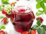 Клубнику кушают в свежем виде, из нее варят компоты и вина, производят желе и сиропы и, конечно же, делают ароматное варенье. Эта ягода не просто вкусное летнее лакомство, но и источник минералов, витаминов, органических кислот, пектинов и полезных веществ. Клубника славится нулевым содержанием жиров и холестерина. Будучи источником антиоксидантов, она помогает бороться со многими заболеваниями и служит профилактическим средством. Потребление варенья из клубники регулирует уровень артериального давления, снижает уровень холестерина и сахара в крови, нормализует работу нервной системы, улучшает память и повышает иммунитет. Варенье незаменимо при простуде и бессоннице. Что же такое варенье? Все просто: это варка ягод вместе с сахаром. Консервирование процесс долгий, поэтому стоит немножко потрудиться и запастись терпением, ведь варенье спешки не любит. Но это совсем не значит, что все часы варки нужно не упускать кастрюлю из вида. Больше всего времени отнимает именно настаивание лакомства. Потраченные усилия обязательно вознаградятся. Только представьте, как приятно будет в холодный зимний вечер насладиться баночкой домашнего варенья с целыми ягодами клубники! Варенье из клубники с целыми ягодами послужит идеальной начинкой для пирога, пирожных и торта. Клубничное варенье замечательно дополнит сырники, оладьи и блины. Вкусно будет и просто добавить ягоду в чай. Варенье из клубники целыми ягодами – общие принципы приготовления • Для приготовления варенья необходимо, как уже понятно, сама клубника и сахарный песок. • Для удобства перебирания ягод выберите глубокую емкость. Прекрасно подойдет кастрюля, сотейник, таз, миска, любая эмалированная посуда и посуда из нержавеющей стали. • Клубнику промываем и освобождаем от зеленых листочков. Ягоду необходимо тщательно подготовить к процессу консервирования. • Одна из важных особенностей приготовления варенья, отличающая его от джема и повидла, – это целая форма ягод. Поэтому промывать клубнику следует под небольшим напором во