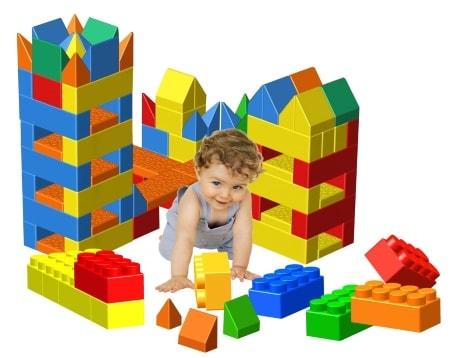 Дитё играет в игрушки